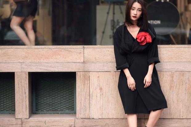 Bông hoa màu đỏ chính là điểm nhấn đắt giá giúp nâng tầm giá trị cả về thẩm mỹ lẫn phom dáng chochiếc váy.