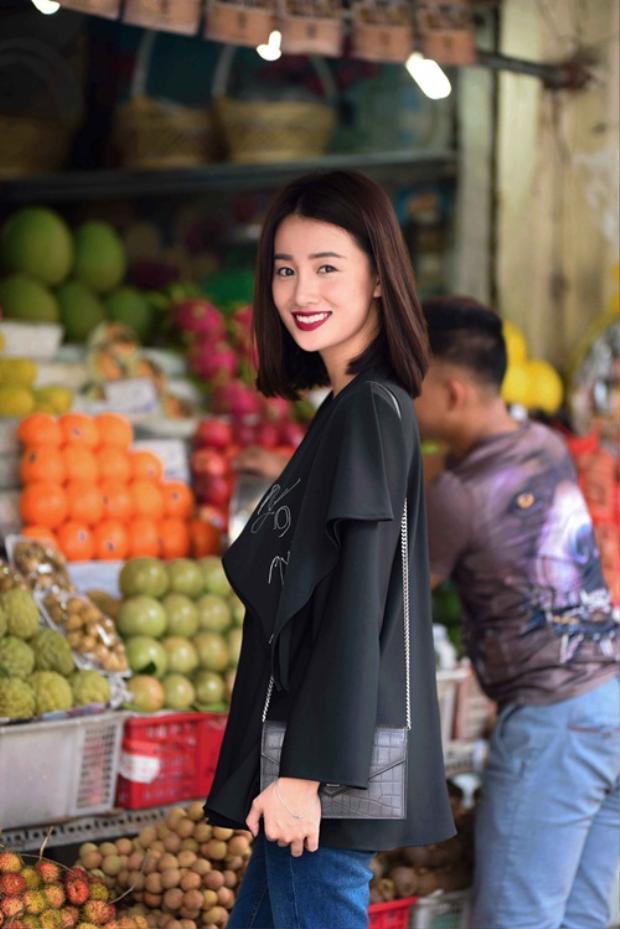 Chiếc túi hiệu size nhỏ với chất liệu da như giúp cô tăng thêm độ cá tính.
