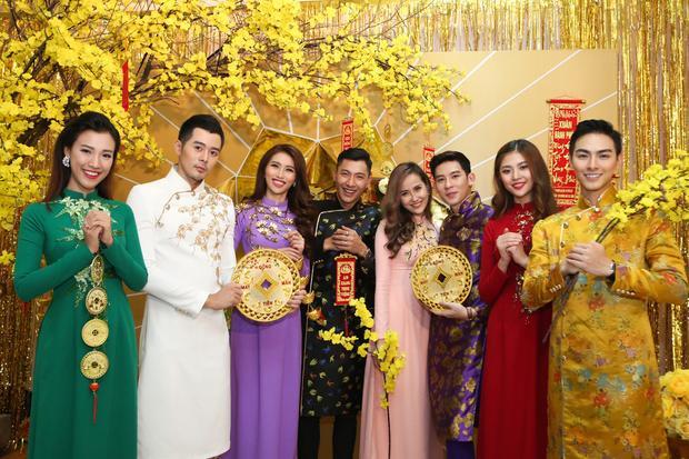 Chúng Huyền Thanh - Jay Quân (ngoài cùng bên phải) vô cùng đẹp đôi trong trang phục truyền thống.