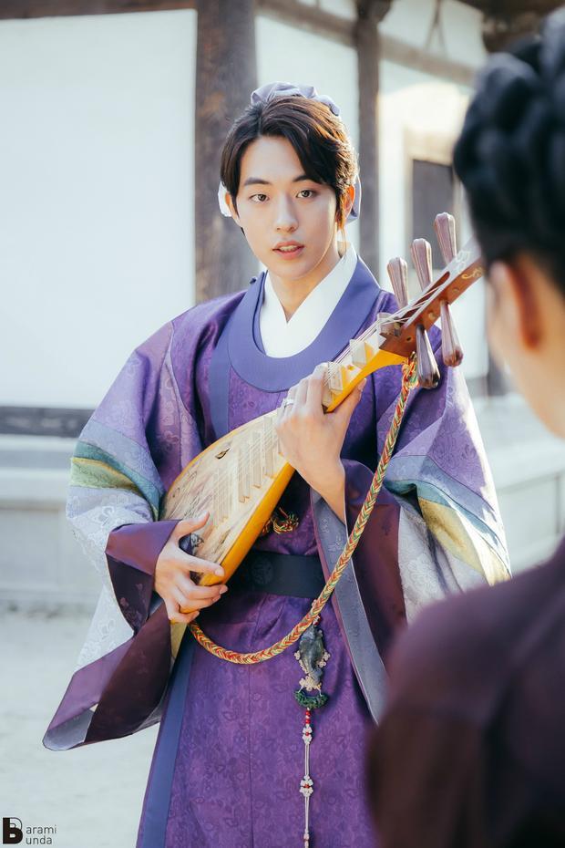 Khán giả háo hức được nhìn thấy Nam Joo Hyuk khoác lên người bộ quần áo cổ trang như trong Moon Lovers.