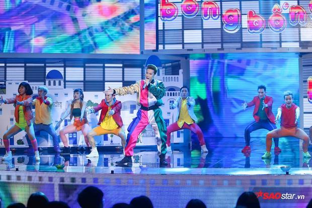Ngay khi lên sân khấu, S.T đã mang cả bầu trời với trang phục bảy sắc cầu vồng rực rỡ trong ca khúc Bống bống bang bangvới chủ đề điện ảnh.