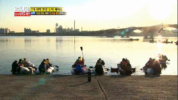 Những chiếc thuyền tự chế lên đường vượt sông Hàn rộng lớn.