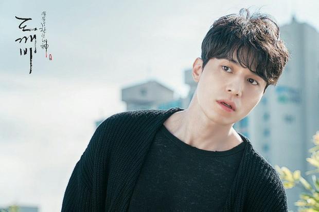 Dù là sao hạng A nhưng Lee Dong Wook không ngại ngần nhiều lần thuyết phục biên kịch Kim để mình nhận vai Thần chết.