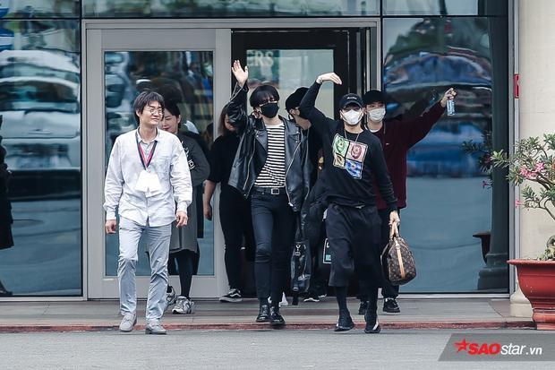 Ngay khi vừa bước ra khỏi sân bay, các chàng trai đã nhiệt tình chào fan Việt.