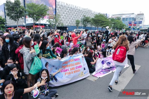 Không hề có tình trạng chạy theo hay chen lấn xô đẩy như những lần sao Hàn đến Việt Nam trước đây, cộng đồng I GOT7 chỉ vui vẻ vẫy tay chào khi thần tượng rời khỏi sân bay.