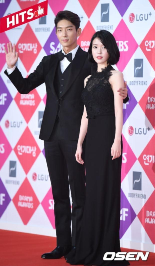 Cặp đôi Moon Lovers Lee Jun Ki và IU sang trọng, quý phái với màu đen huyền bí trên thảm đỏ sự kiện. Không chỉ áp dụng cho street style mà ngay những sự kiện quan trọng, nếu bạn không biết mặc gì thì hãy chọn màu đen.