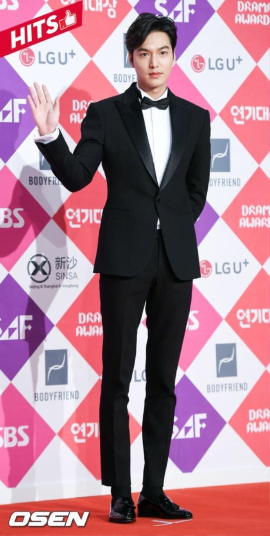 Thêm một minh chứng nữa nói lên công dụng thần thánh của vest khi Lee Min Ho tiếp tục lọt top sao đẹp của tuần với set đồ này.