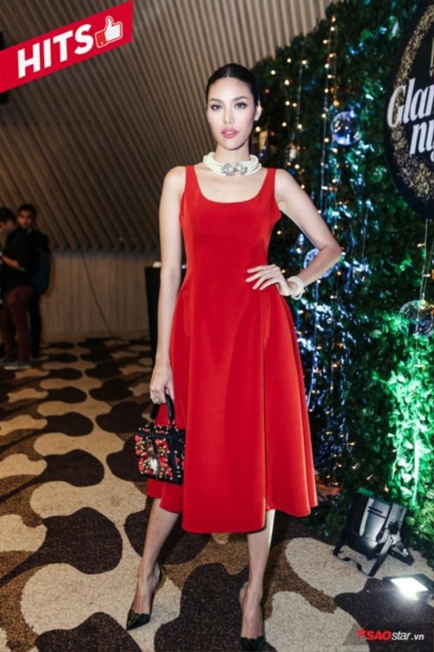 """Lan Khuê chọn thiết kế váy dáng xòe màu đỏ nổi bật xuất hiện trong một sự kiện tuần qua. Tô điểm cho diện mạo của """"chị đẹp"""" The Face là túi hiệu có giá tới hơn 100 triệu thuộc thương hiệu Dolce&Gabbana."""