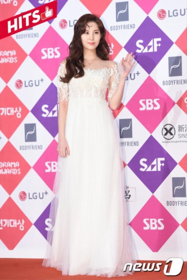 Seohyun (SNSD) cũng chọn màu trắng nhưng phom dáng hiện đại hơn. Tuy nhiên thiết kế trễ vai cùng chất liệu ren như là yếu tố khiến chiếc váy đắt giá hơn trên thảm đỏ.