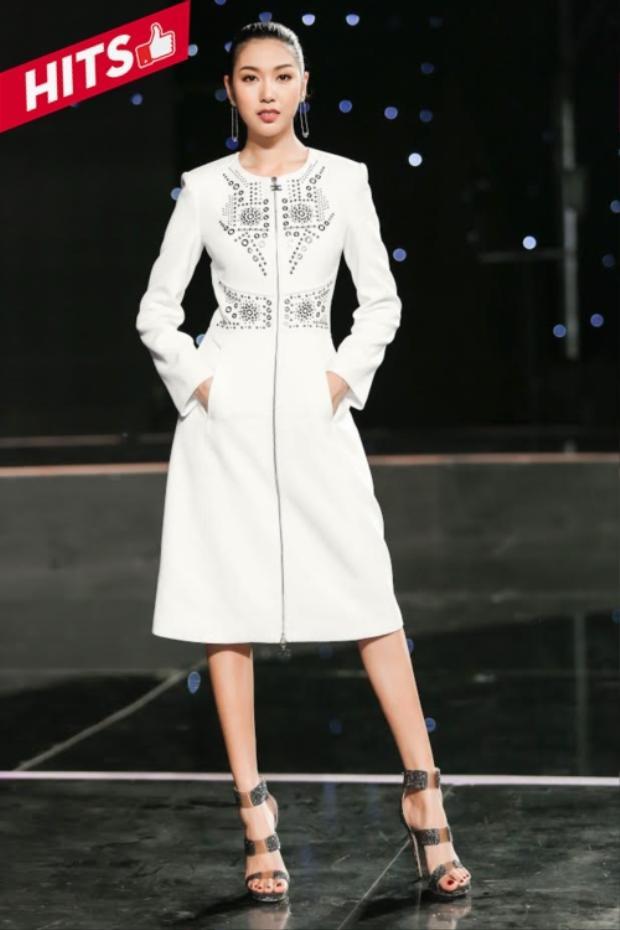 """Thúy Vân diện set đồ của Elisabatta Franchi và giày Jimmy Choo. Dường như tuần qua, sao Việt """"lên đời"""" nhiều hơn khi chọn mặc những thiết kế từ brand nước ngoài thay vì chọn trang phục của các NTK trong nước."""