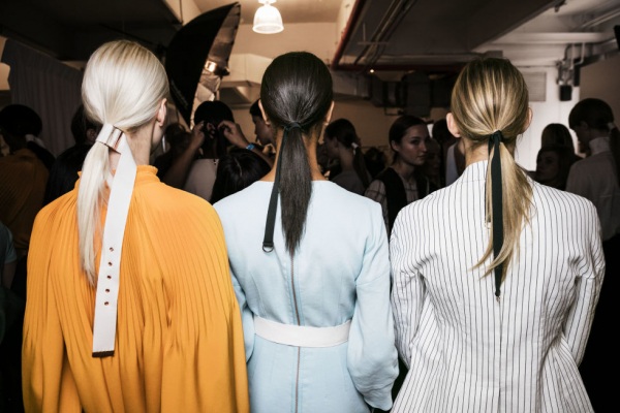 Kiểu tóc đuôi ngựa xuất hiện trên sàn diễn của thương hiệu Tibi Xuân Hè 2017.