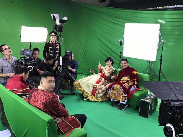 Danh hài Tự Long và Quang Thắng cũng góp mặt trong cảnh quay với trang phục tương tự.