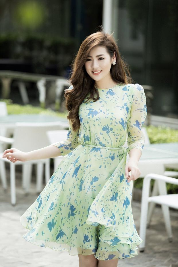 Chiếc đầm xòe màu xanh lá cây nhạt cực kỳ hợp với những lần dạo phố.