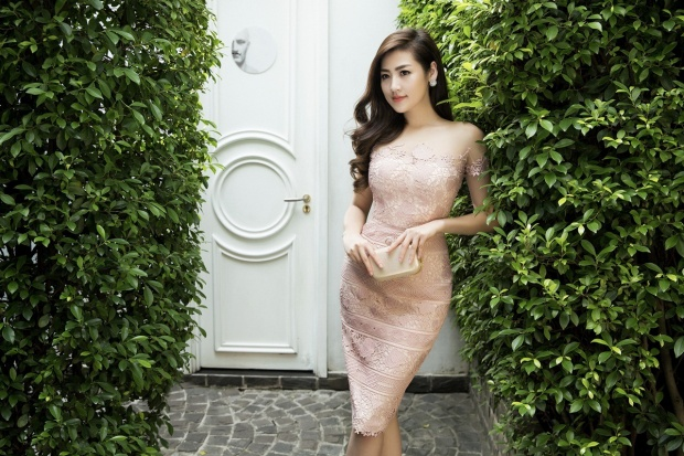 Trang phục thứ hai là thiết kế mang lại vẻ dịu dàng cho Tú Anh vì đặc trưng của chất liệu ren là nữ tính và mềm mại.