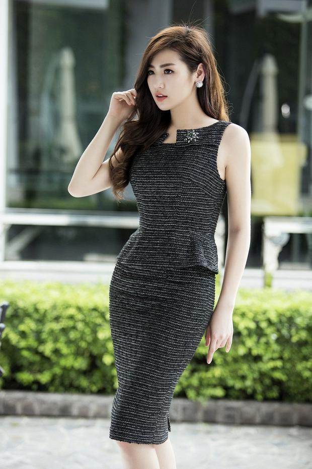 Chiếc đầm đen sát nách với chất liệu thô và điểm xuyến kim loại rất bắt ánh sáng…