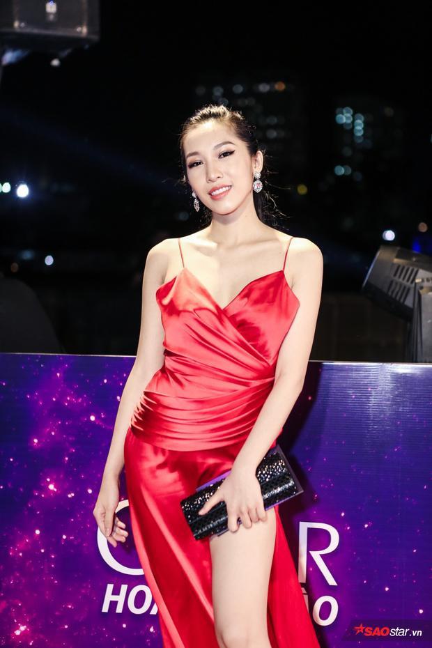 Emily quyến rũ hết cỡ với bộ váy màu đỏ.