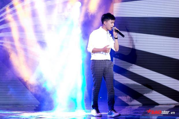 Với thân hình nhỏ nhắn, anh chàng luôn đem lại sự dễ thương và tự nhiên trong cách hát cũng như cách trình diễn.