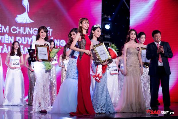 Phí Phương Anhtrao giải Hoa Khôi Sinh Viên Duyên Dáng cho Thí Sinh Vũ Hoàng Diễm