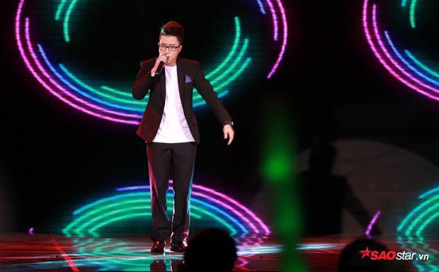 Anh chàng diễn cực sung và hết mình trên sân khấu.