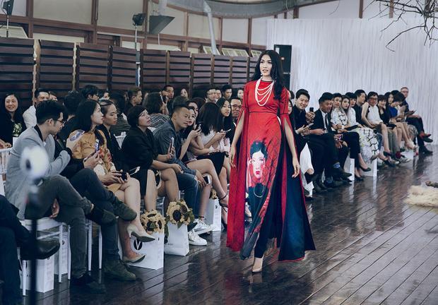 Lệ Hằng đảm nhận vị trí vedette cho show diễn trong thiết kế áo dài vô cùng ấn tượng.
