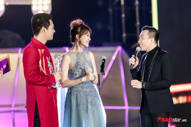 Hari - Trấn Thành dành cho nhau những ánh mắt ngọt ngào khi Hari lên nhận giải thưởng.
