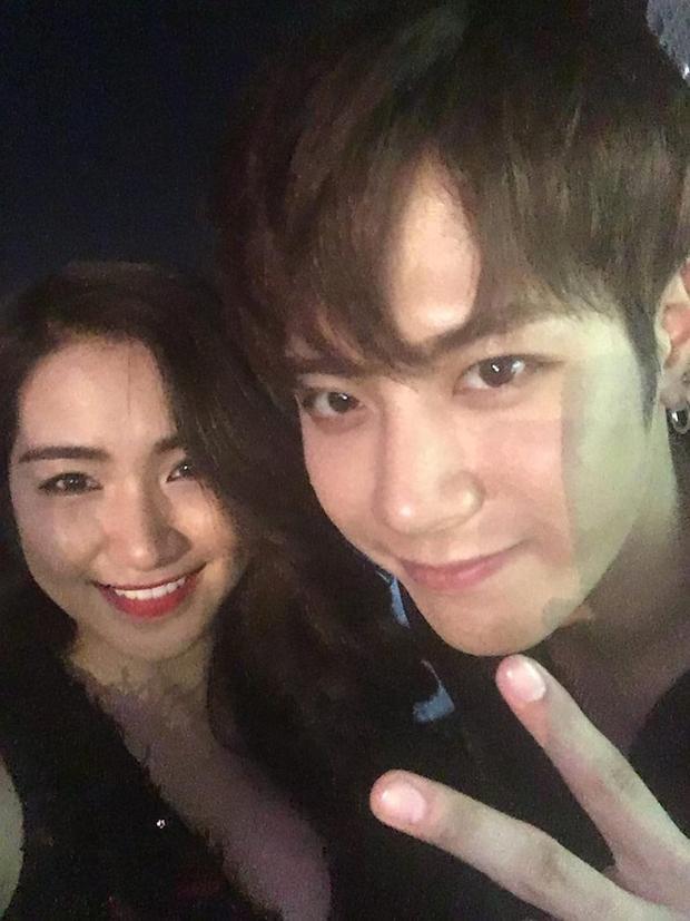 """Hòa Minzy cũng khoe ảnh """"selfie"""" cùng thành viên GOT7."""
