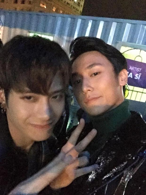 Jackson và Rocker Nguyễn chụp hình cùng nhau.