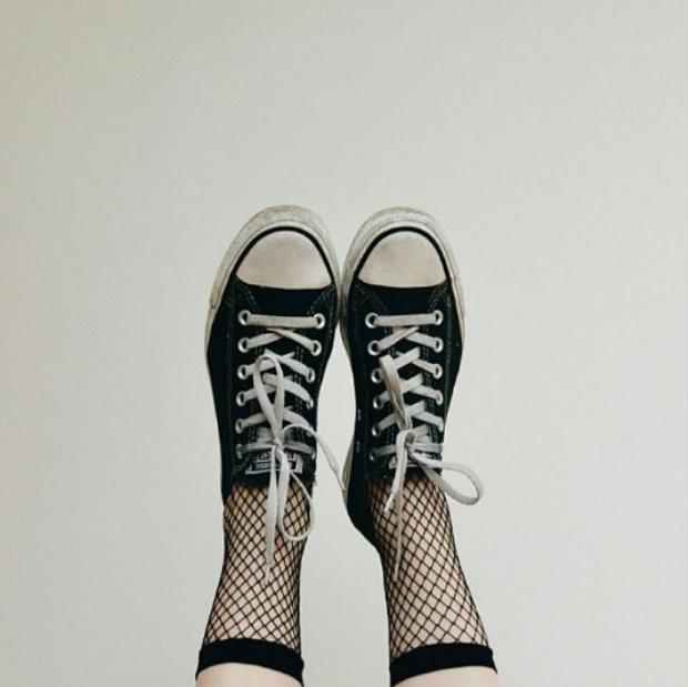 Đã đến thời đeo sneaker phải lấp ló tất lưới thế này mới là chất!