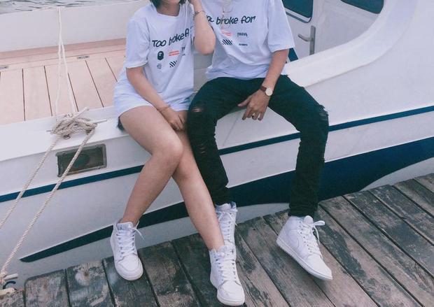 Cặp đôi này lựa chọn mặc đồ matching từ đầu tới cuối với áo thun và sneaker cao cổ cùng gam màu trắng. Nếu như bạn gái mặc jeans ngắn - item điển hình của phái nữ thì chàng trai lại lựa chọn ripped-jeans, chiếc quần được coi là must-have-item của giới trẻ.