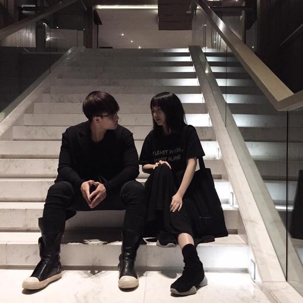 """Ai cũng phải bấm """"like"""" cho tấm hình của cặp đôi cực """"chất"""" này. Style all-black được phối hợp chuẩn tới từng item khiến 2 bạn trẻ trông hợp rơ đến lạ. Bonus cho outfit không thể không nhắc tới 2 đôi sneaker hàng khủng."""