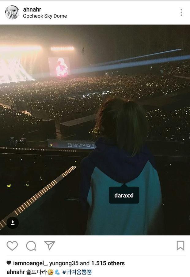 Hình ảnh Dara đứng xem concert của Big Bang.