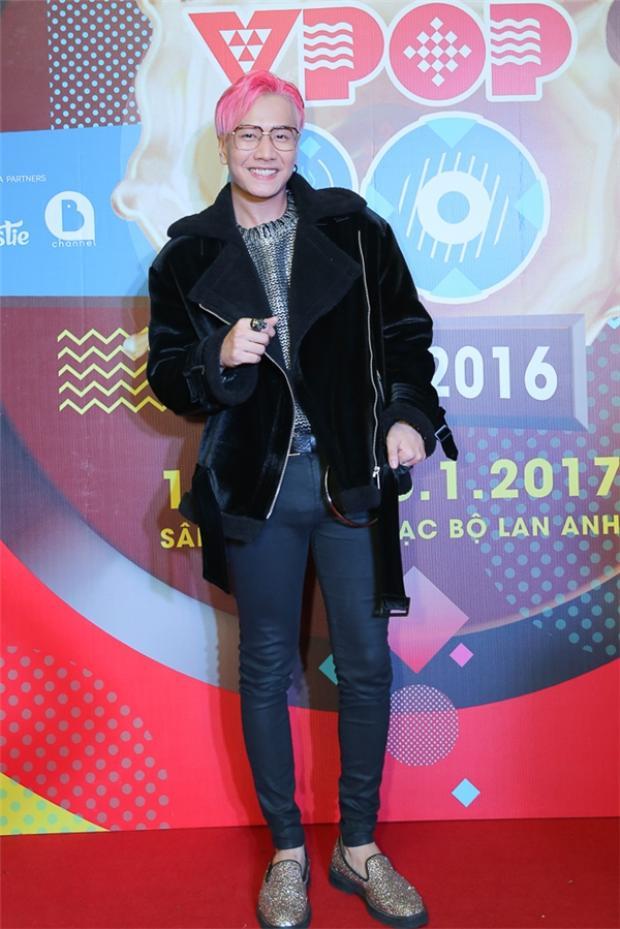 """Lou Hoàng vẫn ngày một cố gắng chứng tỏ tài năng của mình qua những bản R&B nhẹ nhàng và mang tính """"gây nghiện"""" cao."""