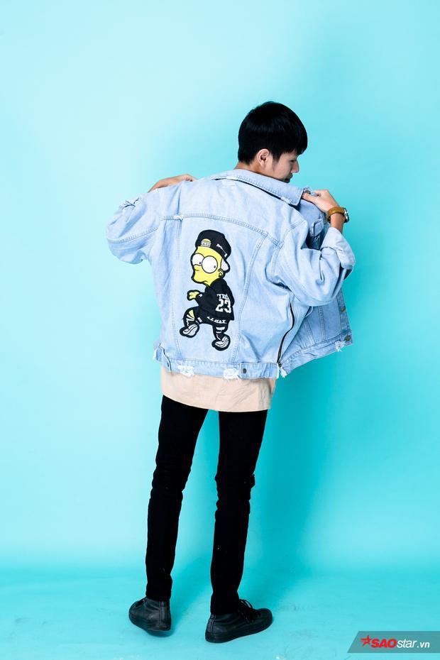 """Bá Hưng phối jeans rách gối với áo thun. Tưởng chừng như đây sẽ là bộ đồ """"nhàm chán"""" nhất nhưng anh chàng đã xóa bỏ ngay ý nghĩ đó khi khoác thêm chiếc áo khoác jeans với họa tiết ngộ nghĩnh phía sau lưng. Chiến binh nhà HLV Đức Trí luôn chọn đồ đúng với bản chất """"tưng tửng"""" của mình."""