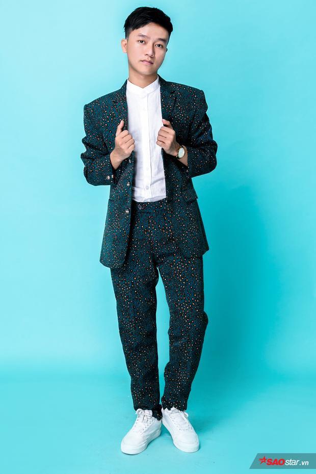 """Công Nam lựa chọn suit xanh với họa tiết chấm bi. Chiếc áo sơmi ton sur ton cùng giày trắng là 2 item giúp cả trang phục nổi bật. Tuy có vóc dáng hơi nhỏ nhưng biết cách lựa chọn suit hiện đại khiến """"Chí Phèo"""" trở nên chững chạc hơn nhiều."""