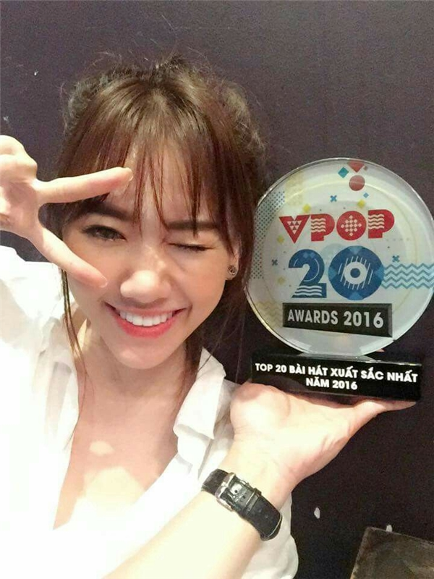 """Trong hạng mục Top 20 bài hát của năm, ca khúc Anh cứ đi đi của nữ ca sĩ Hari Won đã được xướng tên. Cô chia sẻ:""""Lần đầu tiên nhận được giải thưởng liên quan đến âm nhạc. Xúc động không biết nói gì hơn… Năm nay Hari sẽ cố gắng! Cố lên!"""""""