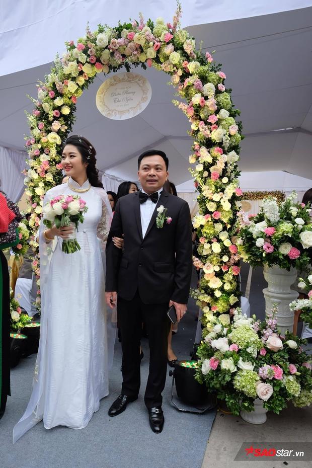 Cả hai nán lại cổng chào khá lâu để chụp ảnh và nhận lời chúc mừng từ quan khách.