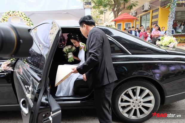 Hoa hậu Bản sắc Việt toàn cầu Thu Ngân và chồng có mặt tại nhà trai để làm lễ.