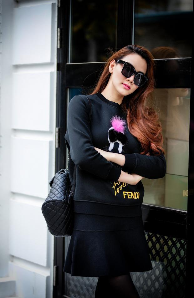 Cá tính với style all-black cùng set đồ hiệu: áo nỉ Fendi và túi xách quai chéo Gucci - item được lòng rất nhiều các tín đồ thời trang trên thế giới cũng như trong nước.