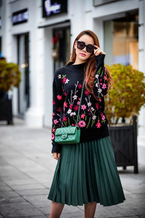 Vẫn chiếc túi có màu sắc bắt mắt đó, nhưng lần này Trang Nhung mix cùng áo len đính hoa cùng chân váy pleat tạo sự nhẹ nhàng, nữ tính.