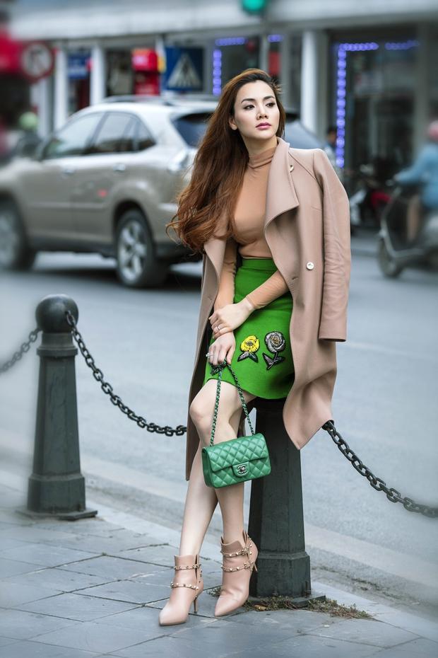 Với cách kết hợp xanh lá cùng màu nude, Trang Nhung ghi điểm tuyệt đối trong mắt người hâm mộ bởi vẻ đẹp tinh tế, sang trọng và ấn tượng.