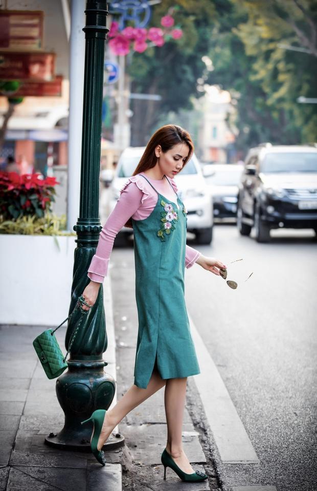 Trong combo này, người đẹp chọn dress màu xanh ngọc dễ chịu mix túi hiệu Chanel mini cùng tông tạo nên sự ăn nhập, liên kết cho tổng thể set đồ.