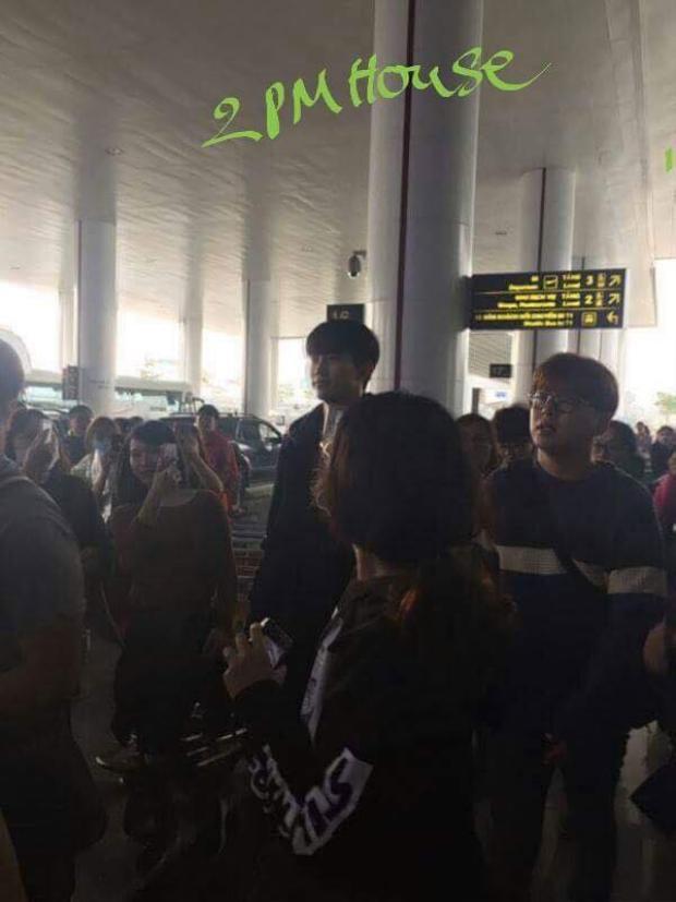 Không hề tỏ ra khó chịu khi thấy người hâm mộ vây kín tại sân bay.