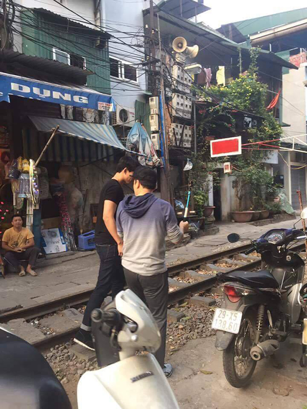 Taecyeon có mặt ở đường tàu phố Phùng Hưng vào chiều 9/1.
