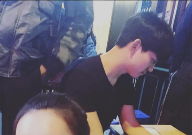 Để khép lại ngày đầu tiên tới Việt Nam, Taecyeon lựa chọn ngồi uống bia vỉa hè ở phố Tạ Hiện với các fan.