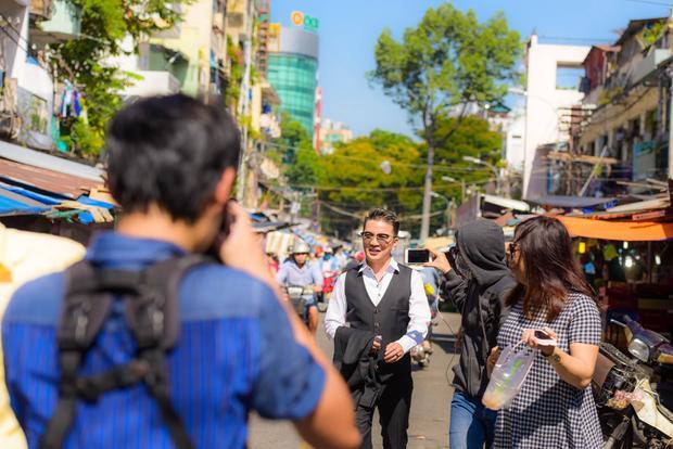 Nhiều người đến xin chụp hình cùng nam ca sĩ để chia sẻ với bạn bè và người thân.