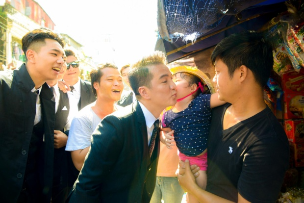 Bé gái hôn má Mr. Đàm trong sự hò reo của mọi người xung quanh.