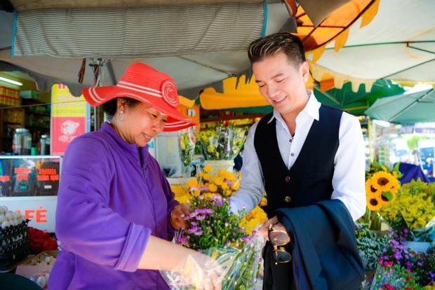 Sau khi kết thúc buổi quay, nam ca sĩtranh thủ thời gian đi dạo một vòng quanh khu chợ để mua sắm.