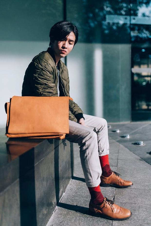 Tất họa tiết màu sắc nổi bật sẽ là điểm nhấn đắt giá cho trang phục của những chàng trai ưa chuộng style cổ điển.