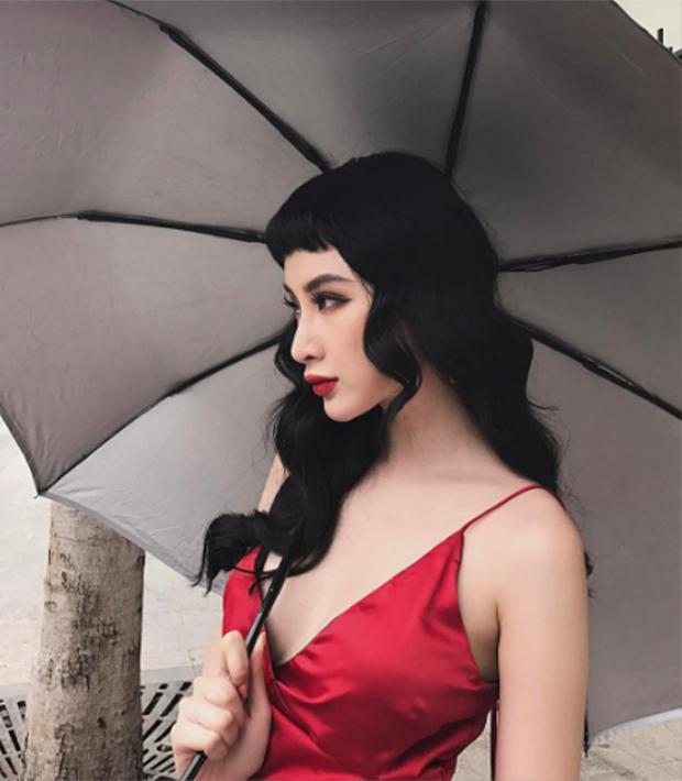 Thông thường, kiểu mái này đem lại vẻ nhí nhảnh, dễ thương cho các cô gái nhưng Angela Phương Trinh thì lại quyến rũ và kiêu sa đến không ngờ.