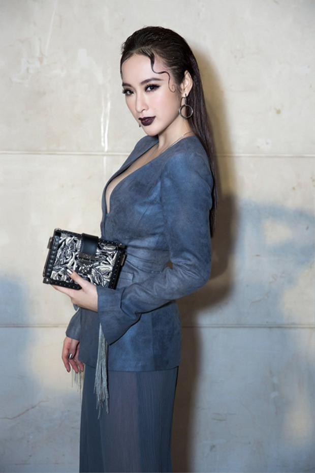 Tại Tuần lễ thời trang quốc tế Việt Nam Thu Đông, xuất hiện tại thảm đỏ, Angela Phương Trinh thu hút ống kính với lối trang điểm và kiểu tóc lạ lẫm pha chút ma mị